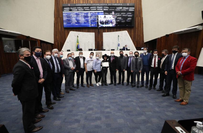 Finalista do The Voice Kids recebe homenagem na Assembleia Legislativa do Paraná