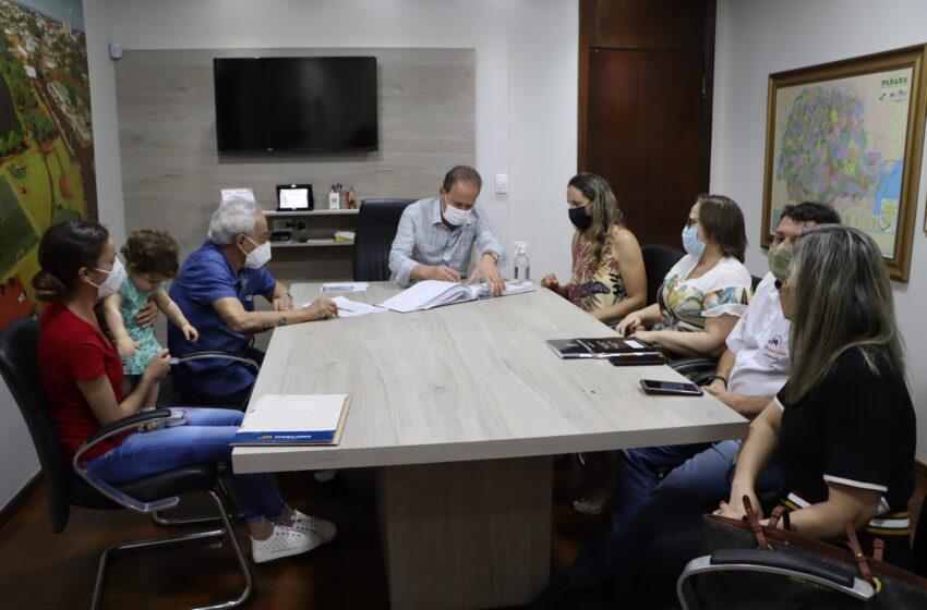 Prefeito Carlos Gil assina escritura de desapropriação amigável do imóvel do antigo Posto de Saúde
