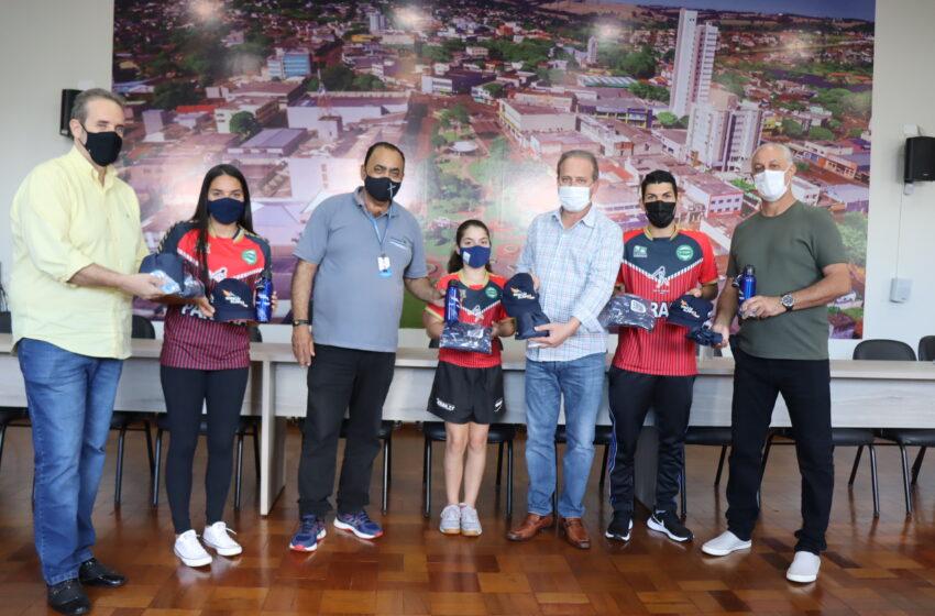 3 irmãos mesatenistas de Ivaiporã recebem bolsa e kit do programa Geração Olímpica e Paralímpica