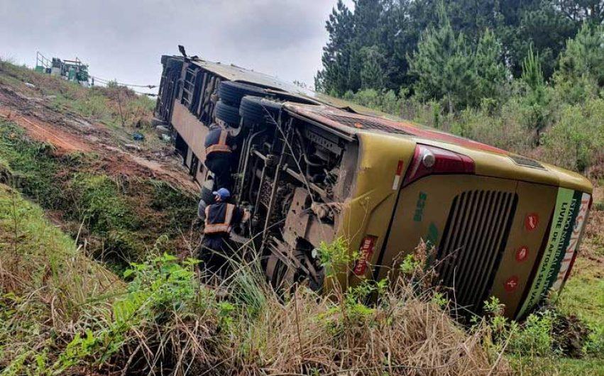 Ônibus tomba na BR-277 no Paraná após batida com caminhão e deixa 17 feridos