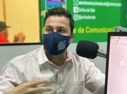 Deputado Arilson concede entrevista na Rádio Colina do Vale FM