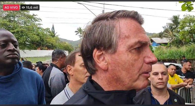 Sem vacina, Bolsonaro é impedido de assistir ao jogo do Santos, em SP