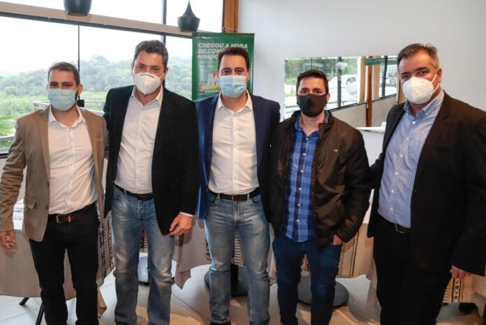 CAMBIRA – Prefeito Toledo e secretário de educação se reúne com lideranças políticas do Paraná