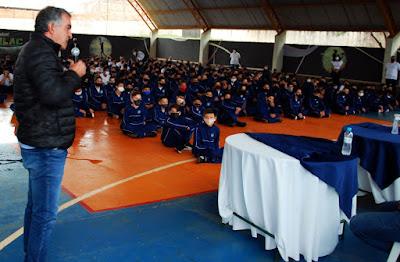Alunos do colégio cívico-militar de Faxinal recebem uniformes