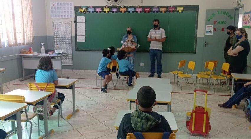 Prefeito Moacir Andreolla distribui doces na Escola Municipal em comemoração ao dia das crianças