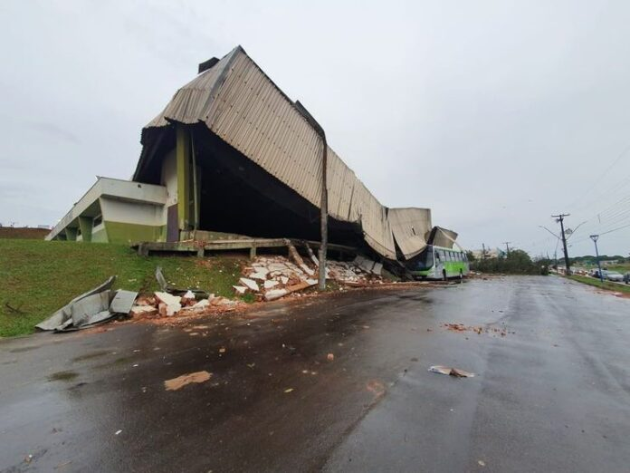 Temporal causa estragos em cidades do Norte do Paraná