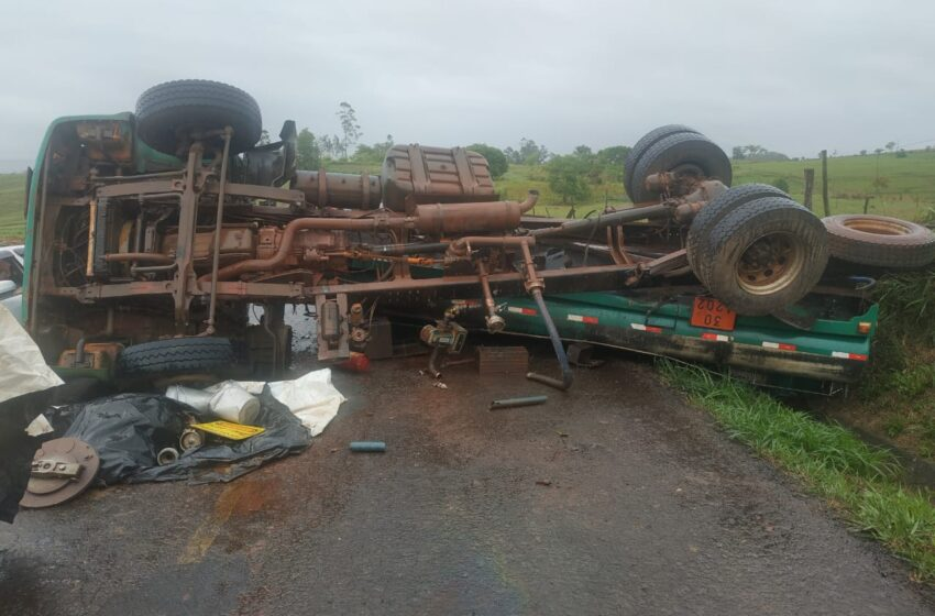 Caminhão tombou neste sábado na rodovia que liga Grandes Rios a Ribeirão Bonito